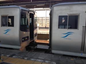 宇多津駅でドッキング2